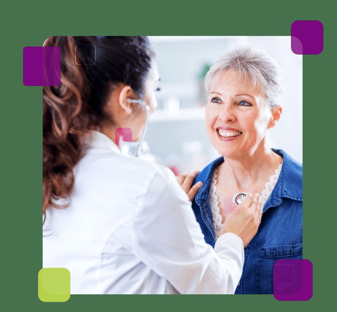 A imagem mostra uma médica cuidando da saúde dos idosos.