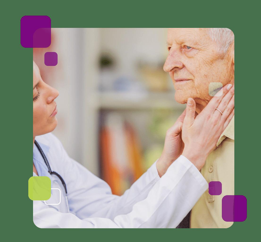 A imagem mostra uma médica fazendo teste de linfoma em um idoso.