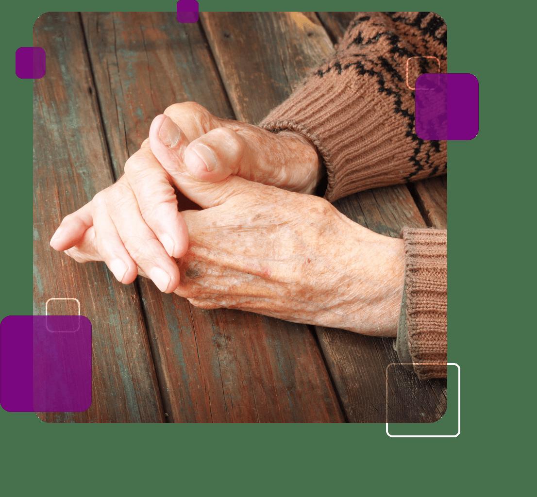 A imagem mostra as mãos de uma idosa em referência às demências.
